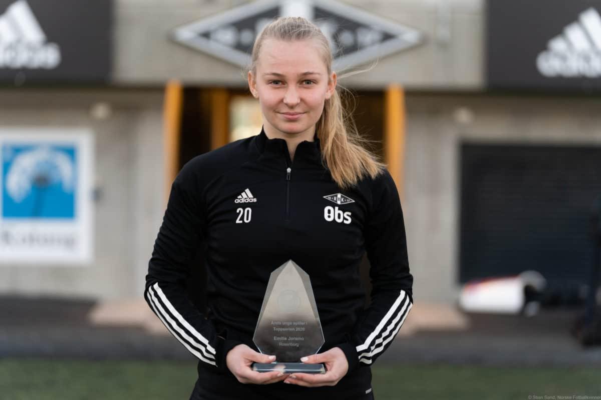 Emilie Joramo med beviset på at hun er årets unge spiller.